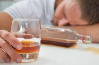 Herken jij de tekenen van een alcoholoverdosis?